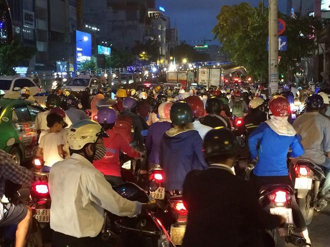 Người Sài Gòn chật vật về nhà sau cơn mưa tan tầm - Ảnh 1.