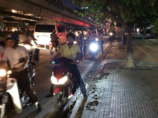 Người Sài Gòn chật vật về nhà sau cơn mưa tan tầm - Ảnh 2.