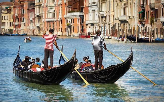 Thích đi du lịch chùa, cặp tình nhân trộm thuyền vòng quanh Venice rồi nhận ngay cái kết thê thảm - Ảnh 1.