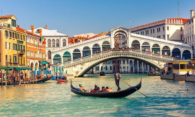 Thích đi du lịch chùa, cặp tình nhân trộm thuyền vòng quanh Venice rồi nhận ngay cái kết thê thảm - Ảnh 2.