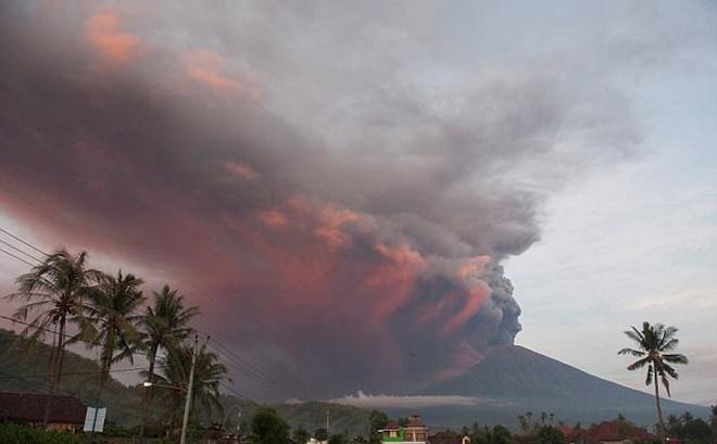 Video: Dung nham lạnh, mối nguy hiểm tiềm tàng từ núi lửa Indonesia