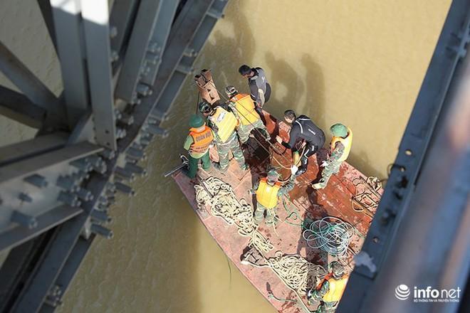Cận cảnh quả bom ở chân cầu Long Biên nặng 1350kg vừa được huỷ nổ - Ảnh 1.