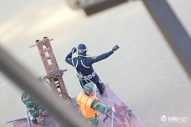 Cận cảnh quả bom ở chân cầu Long Biên nặng 1350kg vừa được huỷ nổ - Ảnh 2.