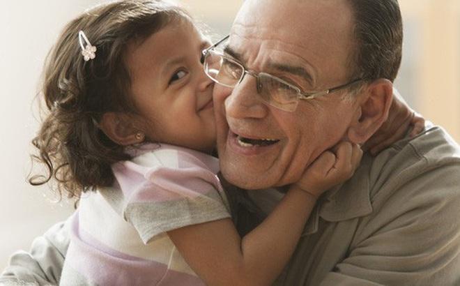Bắt con ôm hôn người khác thể hiện tình cảm, bố mẹ có thể hại con mà không biết