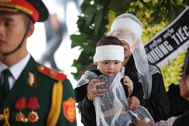 Nghẹn ngào lễ tang Thiếu tá phi công Nguyễn Thành Trung hy sinh khi làm nhiệm vụ - Ảnh 2.