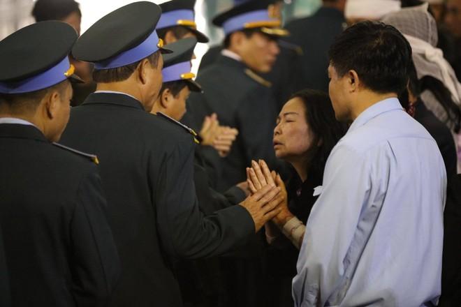 Nghẹn ngào lễ tang Thiếu tá phi công Nguyễn Thành Trung hy sinh khi làm nhiệm vụ - Ảnh 3.