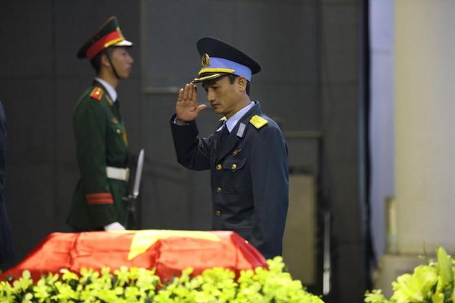 Nghẹn ngào lễ tang Thiếu tá phi công Nguyễn Thành Trung hy sinh khi làm nhiệm vụ - Ảnh 1.