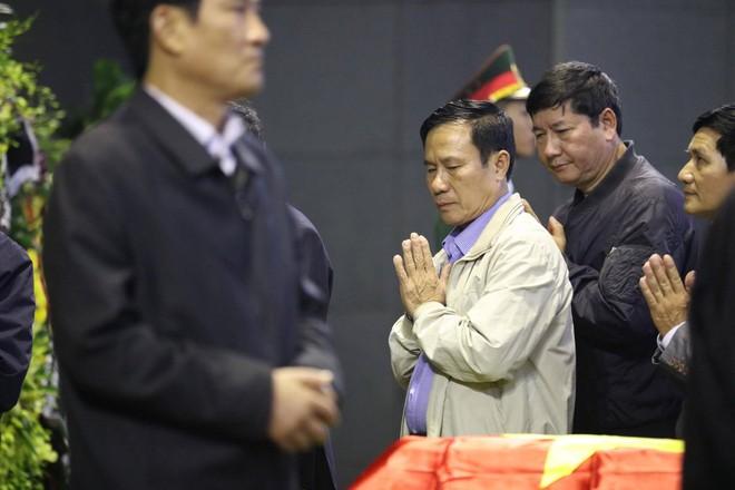 Nghẹn ngào lễ tang Thiếu tá phi công Nguyễn Thành Trung hy sinh khi làm nhiệm vụ - Ảnh 4.