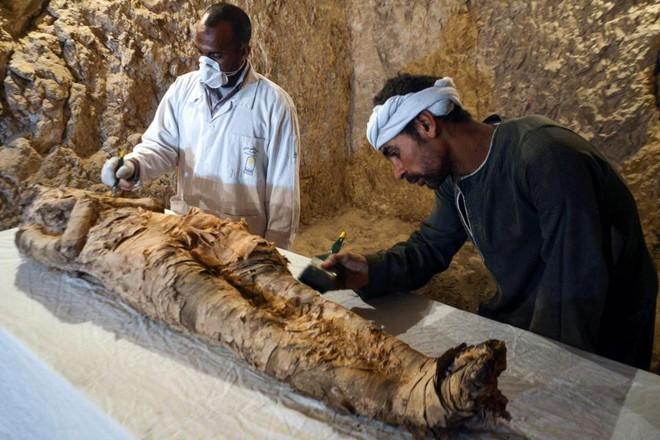 Phát hiện xác ướp hoàn hảo cùng kho báu khổng lồ trong mộ cổ 3.500 năm ở Ai Cập - Ảnh 1.