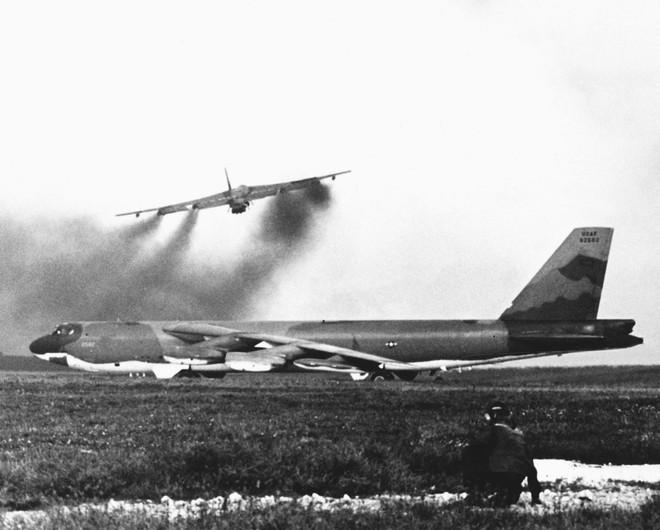 Ngoáo ộp B-52 khiến cả TG khiếp sợ vẫn bị tên lửa VN phủ đầu choáng váng và tử thương - Ảnh 2.