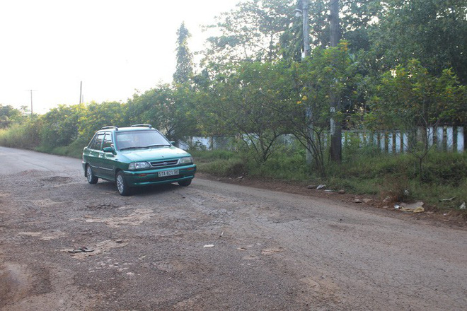 Xe né trạm BOT Biên Hòa, kẹt xe kinh khủng trong đường làng - Ảnh 1.