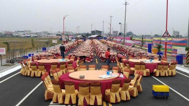 Dựng tới 600 bàn cỗ trên đường, đám cưới ở Đài Loan khiến cư dân mạng sửng sốt vì chơi sang - Ảnh 1.