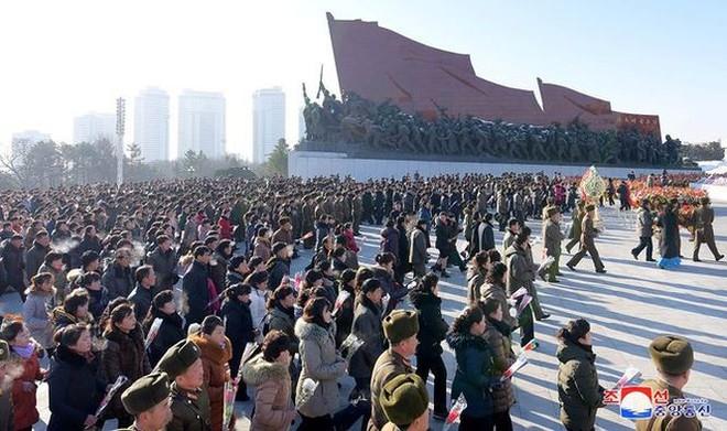 Ngày giỗ cha, Chủ tịch Kim Jong-un thề tiếp tục chiến đấu không nao núng   - Ảnh 2.