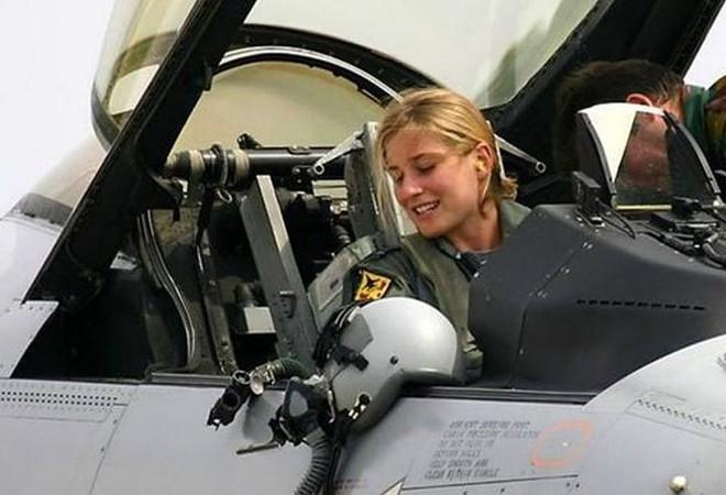 Hình ảnh những bóng hồng hiếm hoi lái máy bay chiến đấu - Ảnh 4.
