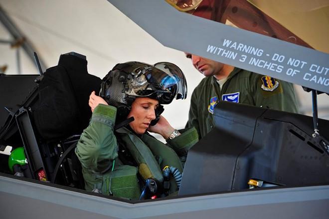 Hình ảnh những bóng hồng hiếm hoi lái máy bay chiến đấu - Ảnh 11.