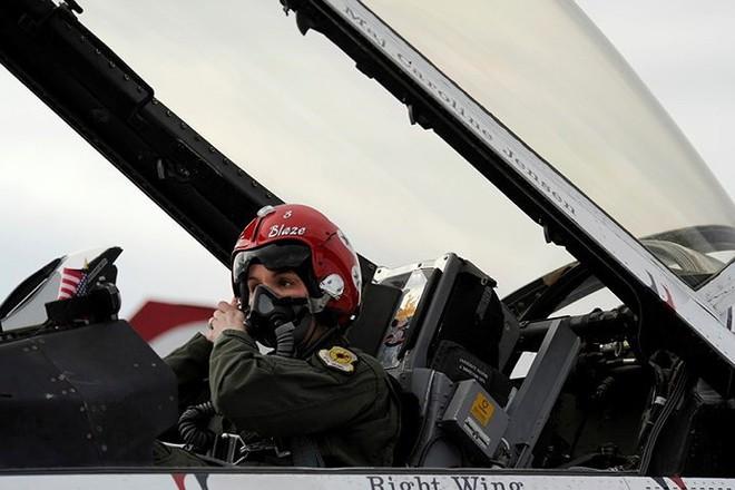 Hình ảnh những bóng hồng hiếm hoi lái máy bay chiến đấu - Ảnh 13.