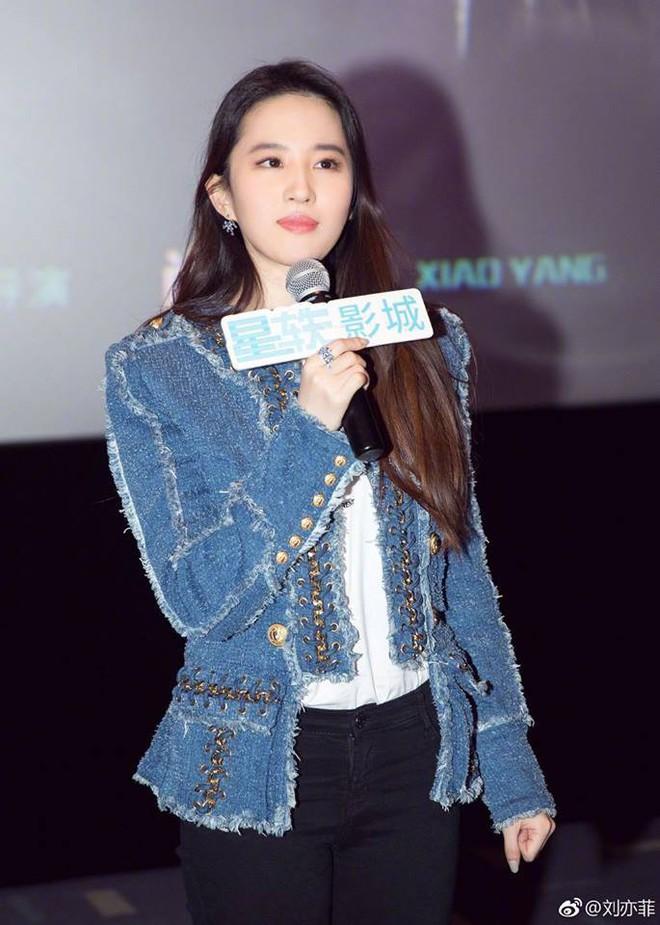 Cô Cô Lưu Diệc Phi hạnh phúc ôm chầm lấy Quá Nhi Huỳnh Hiểu Minh tại sự kiện - Ảnh 1.