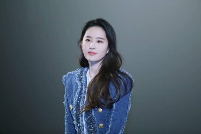 Cô Cô Lưu Diệc Phi hạnh phúc ôm chầm lấy Quá Nhi Huỳnh Hiểu Minh tại sự kiện - Ảnh 2.