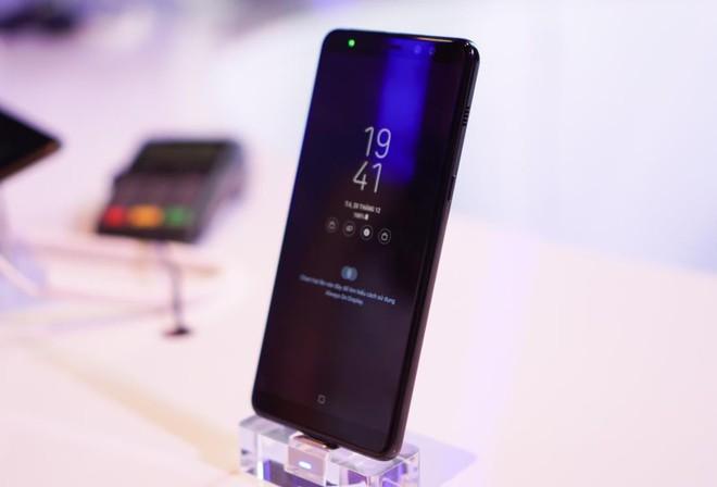 Màn hình tràn viền, kháng nước IP68, camera selfie kép: Galaxy A8 và A8+ lại khiến người ta xôn xao  - Ảnh 1.