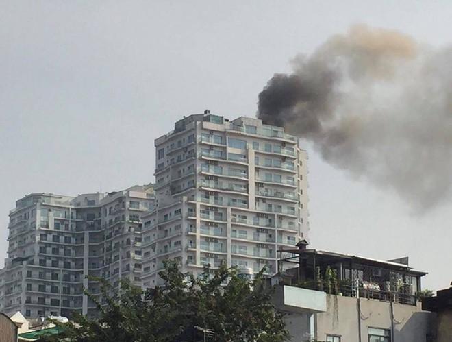 Cháy lớn tại chung cư cao cấp cạnh Hồ Tây - Hà Nội - Ảnh 1.