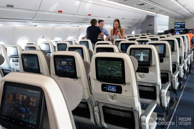 Cởi giày trên máy bay, người đàn ông bị hành khách khác đâm trọng thương vì tất chân quá thối - Ảnh 1.