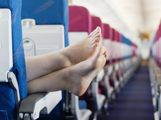 Cởi giày trên máy bay, người đàn ông bị hành khách khác đâm trọng thương vì tất chân quá thối - Ảnh 2.
