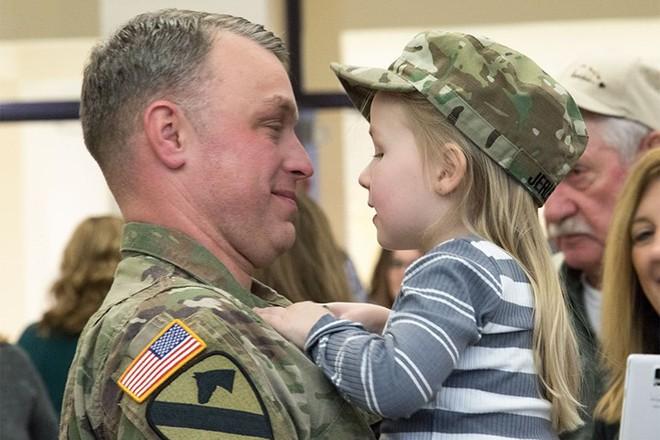 Những khoảnh khắc xúc động trong đời binh nghiệp của binh sĩ Mỹ - Ảnh 12.