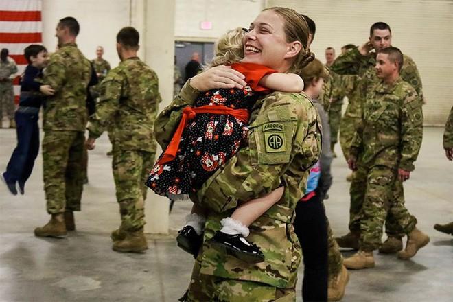 Những khoảnh khắc xúc động trong đời binh nghiệp của binh sĩ Mỹ - Ảnh 13.