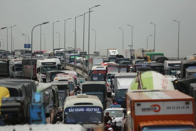 Hà Nội: Người dân tiếp tục về quê nghỉ Tết Dương lịch, đường cao tốc quốc lộ 5 ùn tắc kéo dài hàng km - Ảnh 1.