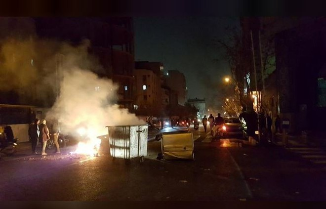 Biểu tình bạo lực chống chính phủ chưa từng có bùng nổ ở Iran - Ảnh 1.