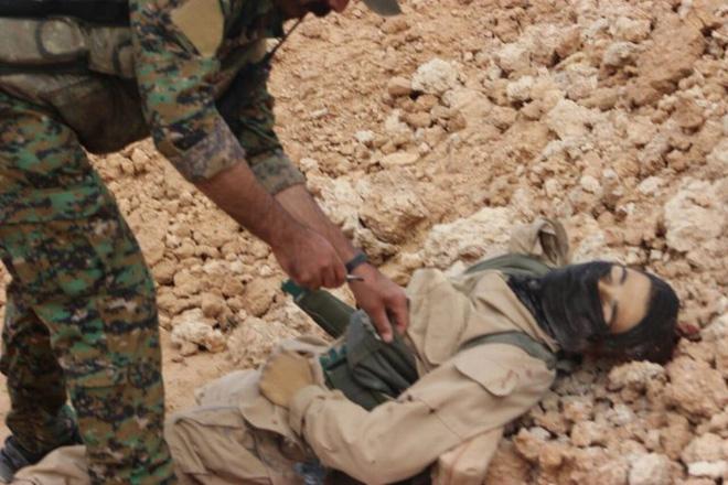 IS giãy giụa ở Raqqa, điên cuồng đánh bom tự sát - Ảnh 11.