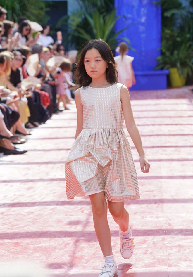 Con gái hở hàm ếch của Vương Phi - Lý Á Bằng giờ như fashionista khiến nhiều người ngưỡng mộ - ảnh 11