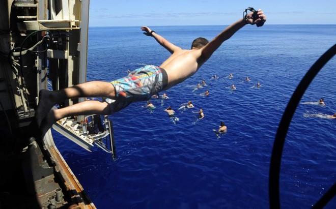 Được nghỉ, lính Mỹ tung tăng bơi lội cạnh tàu chiến - Ảnh 12.