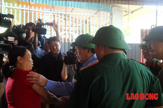 Hình ảnh xúc động: Phó Thủ tướng Trương Hòa Bình thắp hương cho nạn nhân bị lũ cuốn bên dòng suối Thia - Ảnh 11.