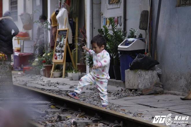 Ảnh: Khách nước ngoài thích thú ngồi uống cà phê trên đường ray tàu hỏa ở Hà Nội - Ảnh 11.