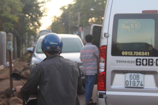 Xe né trạm BOT Biên Hòa, kẹt xe kinh khủng trong đường làng - Ảnh 10.