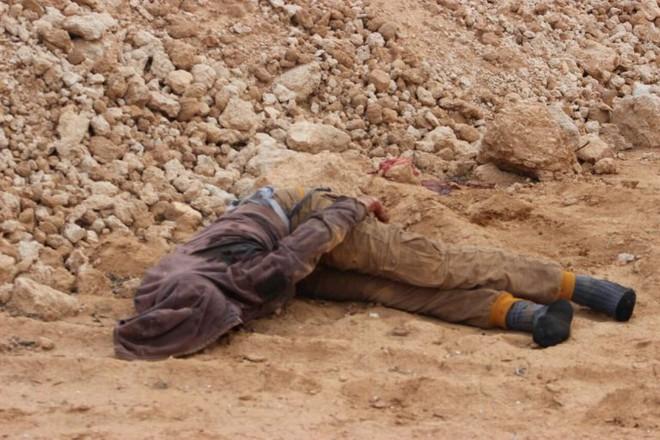 IS giãy giụa ở Raqqa, điên cuồng đánh bom tự sát - Ảnh 12.