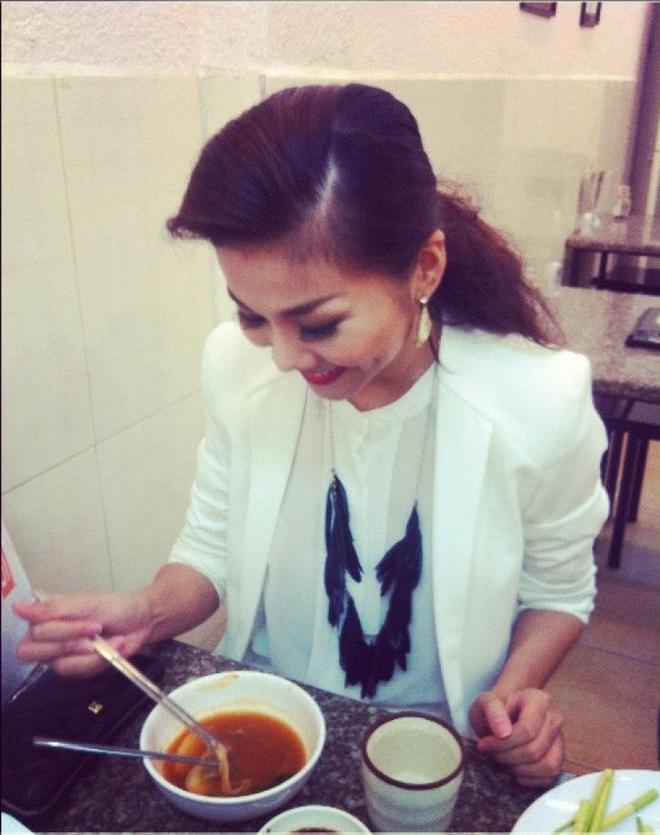 Những bữa ăn đạm bạc và tạm bợ của siêu mẫu Thanh Hằng sau hào quang - Ảnh 12.