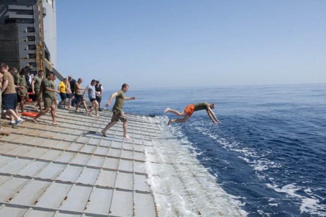 Được nghỉ, lính Mỹ tung tăng bơi lội cạnh tàu chiến - Ảnh 13.