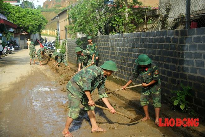 Hình ảnh xúc động: Phó Thủ tướng Trương Hòa Bình thắp hương cho nạn nhân bị lũ cuốn bên dòng suối Thia - Ảnh 12.