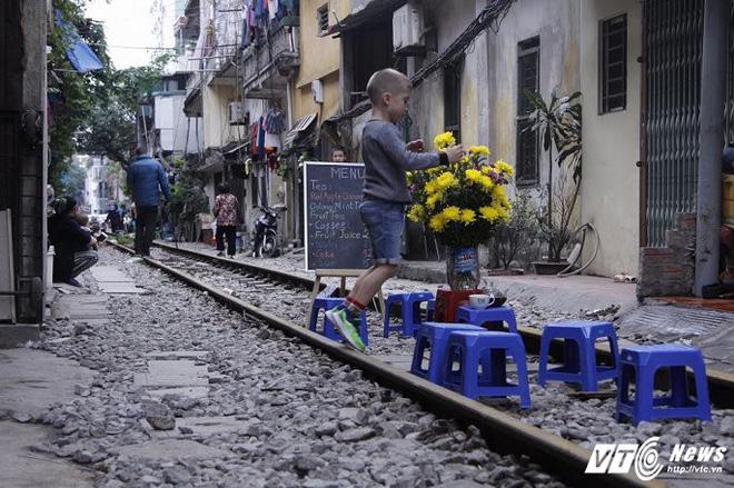 Ảnh: Khách nước ngoài thích thú ngồi uống cà phê trên đường ray tàu hỏa ở Hà Nội - Ảnh 12.