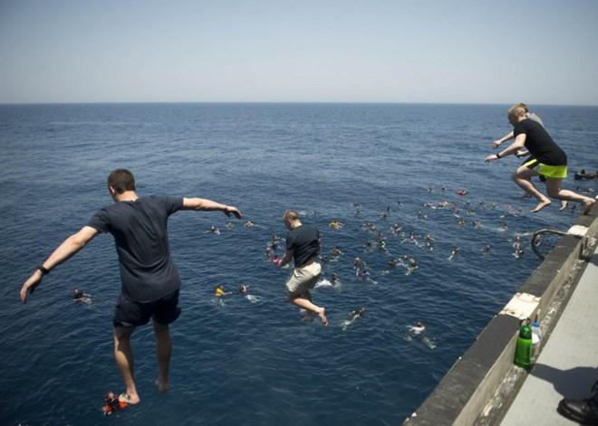 Được nghỉ, lính Mỹ tung tăng bơi lội cạnh tàu chiến - Ảnh 14.