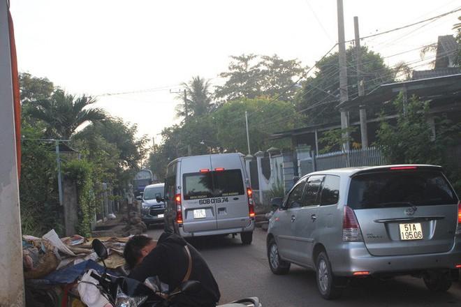 Xe né trạm BOT Biên Hòa, kẹt xe kinh khủng trong đường làng - Ảnh 12.