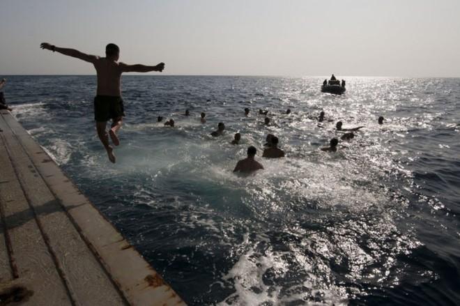 Được nghỉ, lính Mỹ tung tăng bơi lội cạnh tàu chiến - Ảnh 15.
