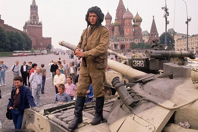 Hình ảnh buồn về siêu cường Liên Xô trước khi sụp đổ - Ảnh 14.