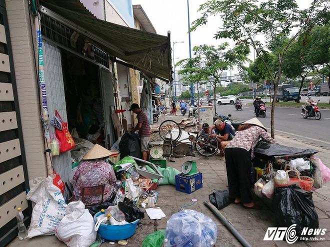 Vắng bóng ông Đoàn Ngọc Hải, vỉa hè quận 1 biến thành chợ - Ảnh 17.