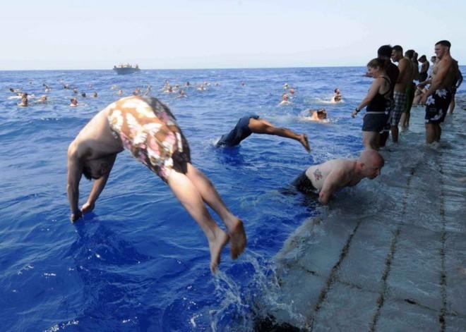 Được nghỉ, lính Mỹ tung tăng bơi lội cạnh tàu chiến - Ảnh 18.