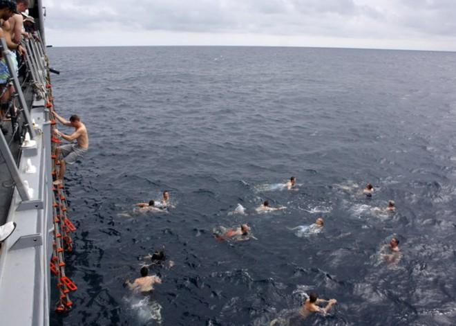 Được nghỉ, lính Mỹ tung tăng bơi lội cạnh tàu chiến - Ảnh 19.