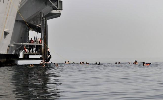 Được nghỉ, lính Mỹ tung tăng bơi lội cạnh tàu chiến - Ảnh 20.