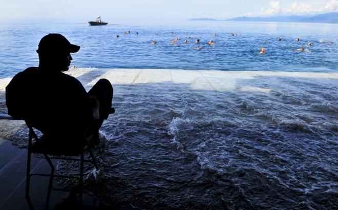 Được nghỉ, lính Mỹ tung tăng bơi lội cạnh tàu chiến - Ảnh 21.